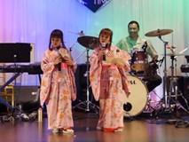 Cặp chị em u30 mặc kimono hát 'Teen vọng cổ' nhìn đáng yêu như búp bê