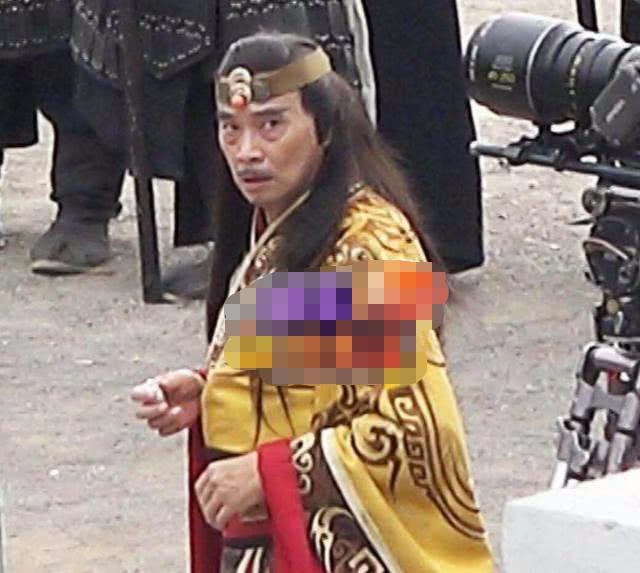 Cuộc sống ở tuổi 65 của bạn diễn Châu Tinh Trì: Già yếu cần người dìu đỡ vẫn bán mạng đóng phim nuôi gia đình-14