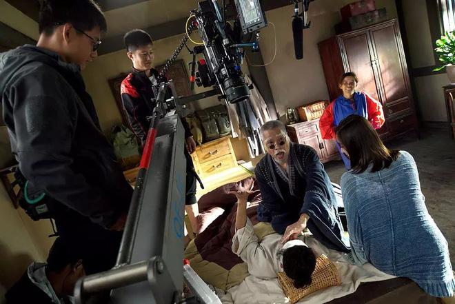 Cuộc sống ở tuổi 65 của bạn diễn Châu Tinh Trì: Già yếu cần người dìu đỡ vẫn bán mạng đóng phim nuôi gia đình-13