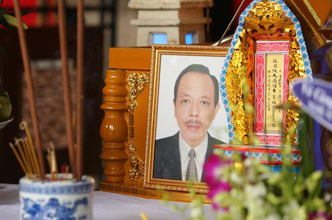 Vợ nghệ sĩ Thanh Hoàng khóc ngất trong tang lễ của chồng-9