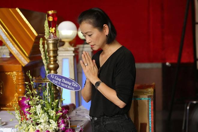 Vợ nghệ sĩ Thanh Hoàng khóc ngất trong tang lễ của chồng-10