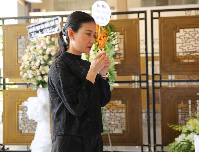 Vợ nghệ sĩ Thanh Hoàng khóc ngất trong tang lễ của chồng-6