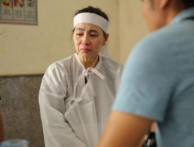Vợ nghệ sĩ Thanh Hoàng khóc ngất trong tang lễ của chồng-2