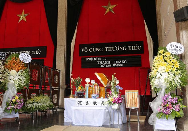 Vợ nghệ sĩ Thanh Hoàng khóc ngất trong tang lễ của chồng-1