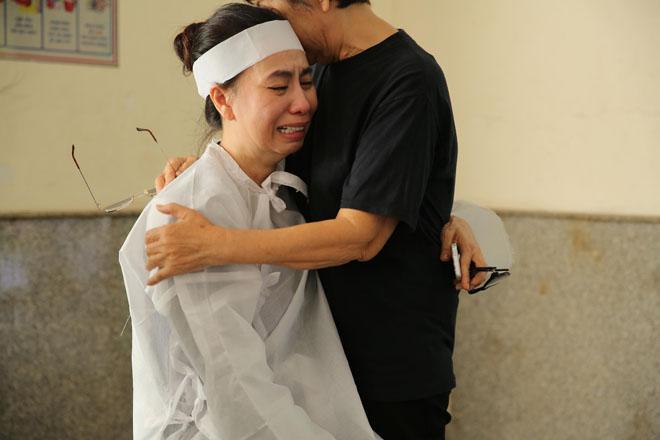 Vợ nghệ sĩ Thanh Hoàng khóc ngất trong tang lễ của chồng-4