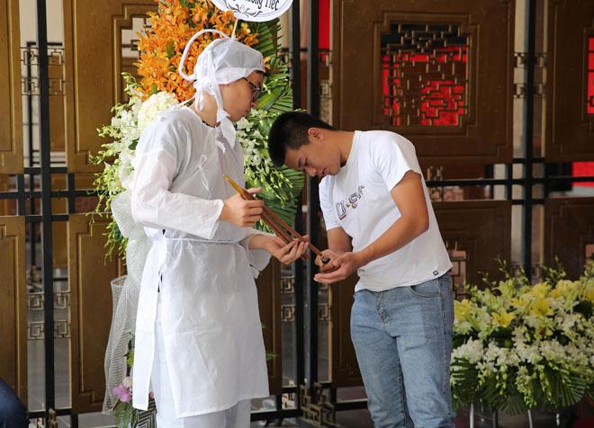 Vợ nghệ sĩ Thanh Hoàng khóc ngất trong tang lễ của chồng-5