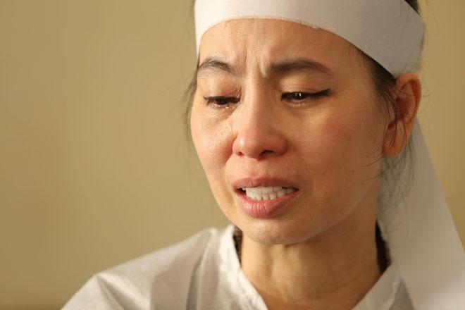 Vợ nghệ sĩ Thanh Hoàng khóc ngất trong tang lễ của chồng-3