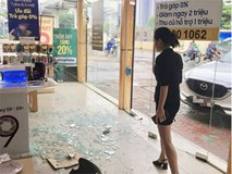 Nữ tài xế lái xe đâm vỡ nát cửa kính một cửa hàng điện thoại lớn tại Cầu Giấy
