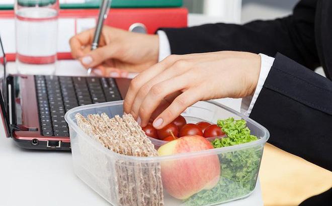 Vì sao bạn không nên ăn trưa tại bàn làm việc?-2