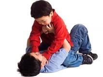 2 bé trai bị bạn cùng lớp kẹp đầu, tạt nước sôi: Dạy trẻ đối phó khi bị bắt nạt?