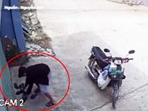 Người đàn ông dừng xe bên đường chỉ để trộm dép