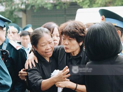 Lễ tang chiến sĩ Khuất Mạnh Trí: Người mẹ rơi nước mắt, đau đớn đón linh cữu con trở về