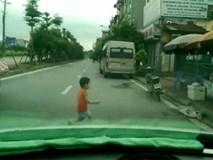 Clip: Cậu bé lao sang đường đột ngột suýt bị ô tô tông trúng khiến ai nhìn cũng thót tim