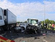 Clip: Hiện trường thảm khốc xe rước dâu va chạm container, 13 người chết