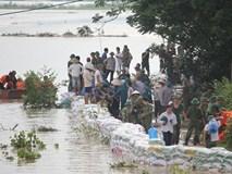 Ảnh: Hàng trăm người căng mình đắp bao cát tránh nước tràn đê ở Hà Nội