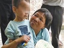 Sang hàng xóm mượn đồ, kinh hoàng phát hiện bé trai sống cùng thi thể ông nội suốt 5 ngày