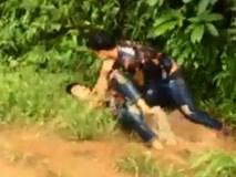 Hai chàng trai đánh nhau giữa đường mưa bẩn vì cùng bị một cô gái 'cắm sừng'