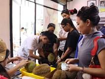 Người Sài Gòn xếp hàng mua sầu riêng, đặt cọc mới được mang về ăn