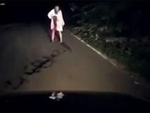 Bóng người áo trắng hiện ra trong đêm khiến tài xế chết khiếp