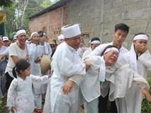 Đám tang 7 nạn nhân vụ tai nạn ở Quảng Nam: Nhói lòng con trẻ ngất lịm tiễn cha