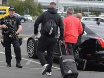 HLV Mourinho được cảnh sát vũ trang hộ tống khi trở lại Manchester
