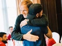 Neymar ôm chặt thầy mới và đồng đội khi hội quân với PSG ở Thâm Quyến