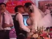 Chú rể và cô dâu đứng hình với màn bắn pháo cực duyên trong đám cưới