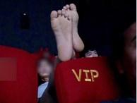 Cô gái hồn nhiên mặc quần ngắn, gác cả 2 chân lên ghế trước trong rạp chiếu phim khiến bao người ngán ngẩm