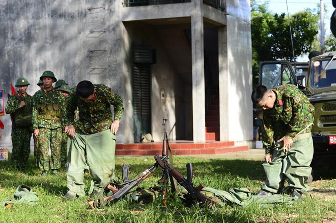 Sao Nhập Ngũ: Mr Cần-Trô Xuân Nghị và các tân binh hoảng hồn ném lựu đạn, dập lửa-9