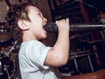Con trai Tuấn Hưng lạ lẫm với mái tóc xoăn tít gây choáng váng khi cầm mic hát chuyên nghiệp như ca sĩ