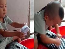Bé giặt quần áo giúp mẹ cực đáng yêu
