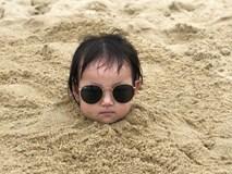 """Loạt biểu cảm của em bé bị bố """"chôn vùi"""" bên bờ biển, dân tình xem xong chỉ biết cười lăn lộn"""