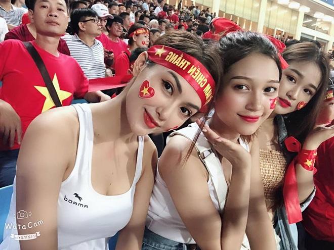 Bị ném đá vì mặc sexy đi xem U23 VN, dàn hot girl mong ước điều này ở dư luận-3