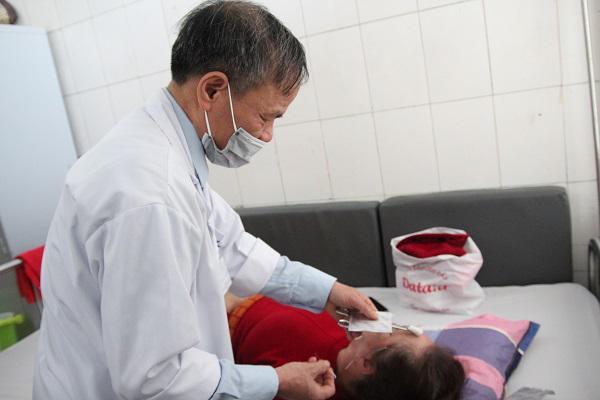 Nằm điều hòa quá lạnh, cô gái trẻ bị méo mồm, liệt mặt phải nhập viện điều trị-1