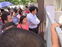 """Hà Nội: Hàng trăm phụ huynh """"bao vây"""" cổng trường vì phân tuyến"""