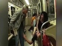 Hành khách phẫn nộ vì cặp đôi định 'mây mưa' trên tàu điện