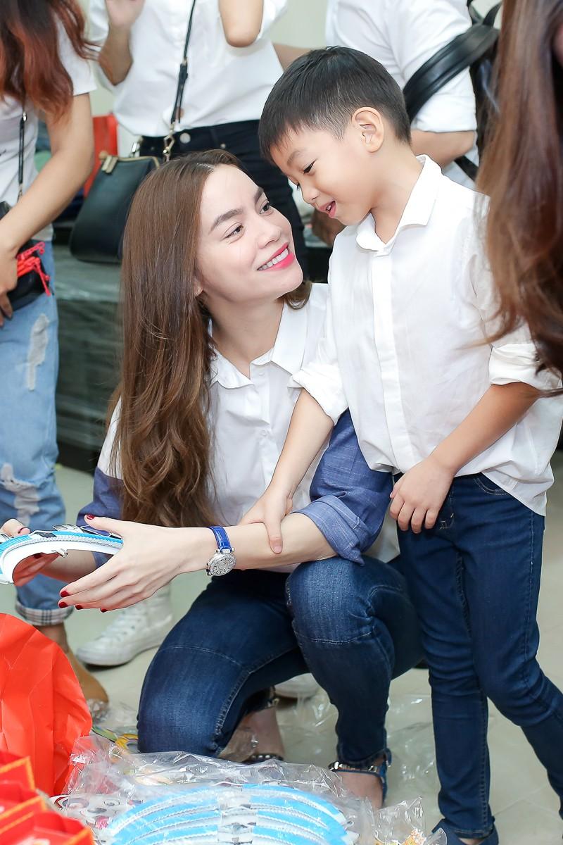 Tròn 8 tuổi với chiều cao vượt trội, Subeo vẫn bé bỏng hôn má mẹ Hà Hồ cực đáng yêu-3