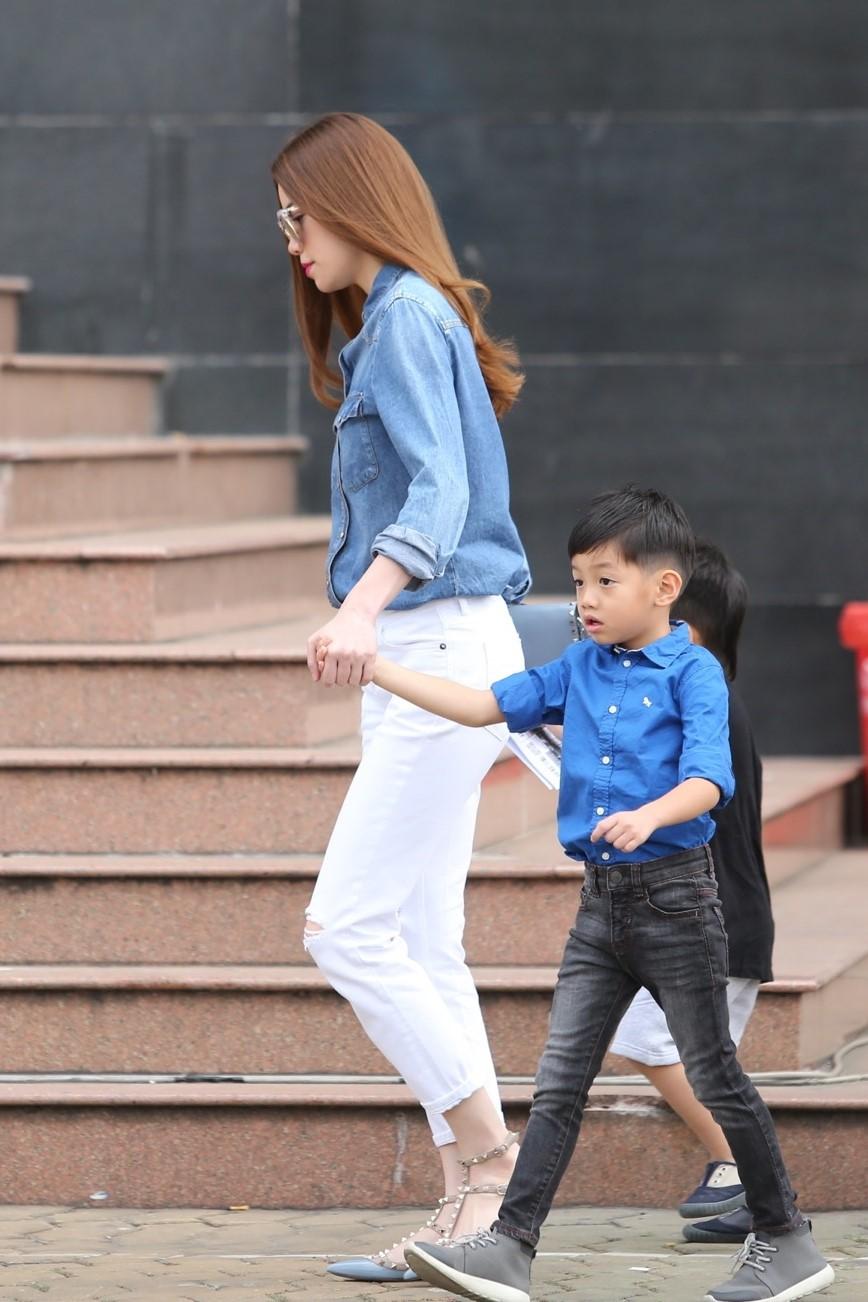 Tròn 8 tuổi với chiều cao vượt trội, Subeo vẫn bé bỏng hôn má mẹ Hà Hồ cực đáng yêu-2