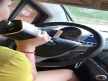 Video nữ tài xế vừa lái xe vừa hát karaoke: 'Bán xăng cho phụ nữ là tội ác'