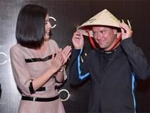 Danh thủ Michael Owen được Cao Thái Hà tặng nón lá khi tới Sài Gòn