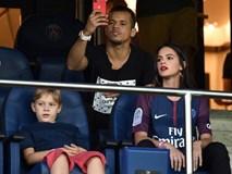 Bạn gái Neymar nổi bật trên khán đài, cổ vũ bạn trai thắng ngày ra quân