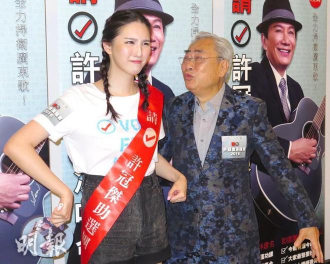Bỏ rơi mỹ nhân TVB, ông trùm 80 tuổi hẹn uống trà sữa với thiếu nữ đáng tuổi cháu-2