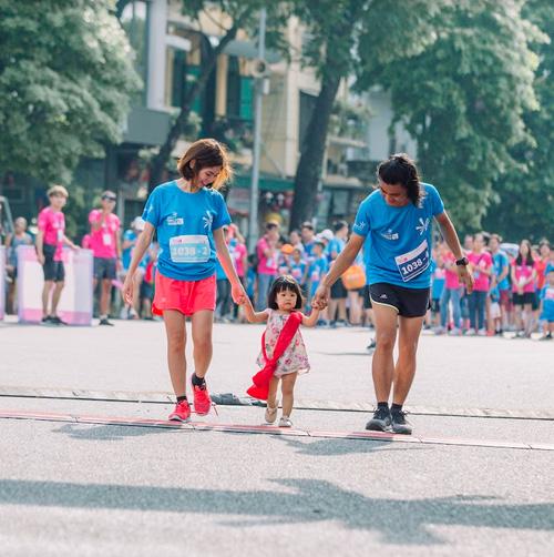 Cuối tuần, cả nhà ra Bờ Hồ chạy MB Ageas Life Family Ekiden-3