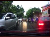 Clip: Lấn làn giữa lúc ùn tắc, nữ tài xế còn lớn tiếng ép xe đi đúng nhường đường