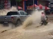 Những tài xế kém ý thức tạt nước lên người đi đường khiến dân mạng bức xúc