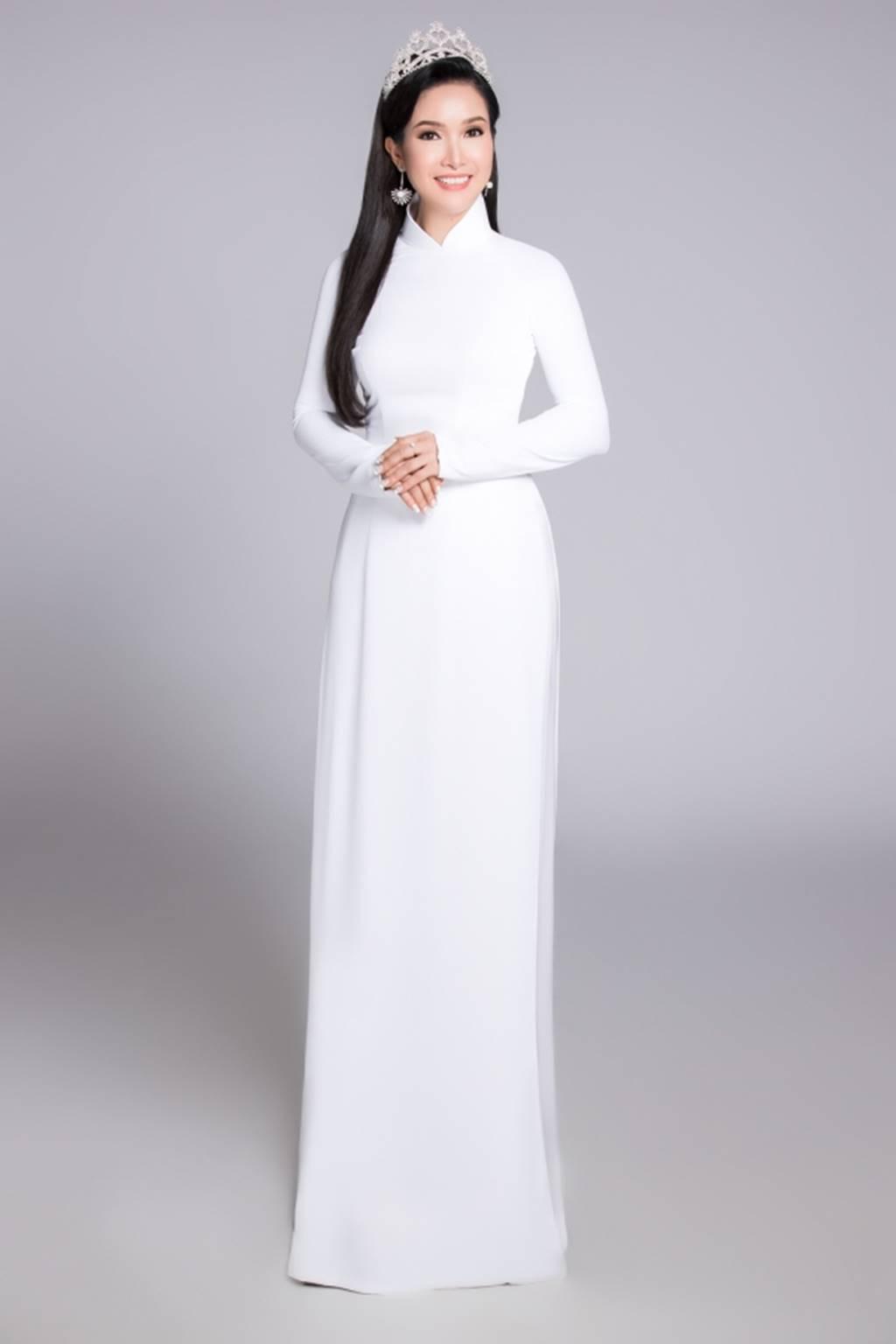... Hoa hậu Việt Nam đẹp tinh khôi trong áo dài trắng nữ sinh. Đây là bộ ảnh được thực hiện nhân kỷ niệm 30 năm hành trình Hoa hậu Việt Nam 1988-2018.