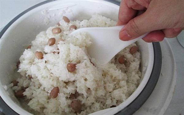 Khi nấu xôi, cứ 10 phút bạn mở nắp một lần để lau khô hơi nước trong nồi.