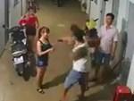 Người đàn ông cầm chổi quất lia lịa vào đầu cô gái ở hành lang chung cư gây phẫn nộ-1