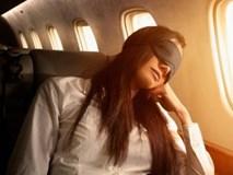 Mặc vợ ngồi cạnh, người đàn ông thò tay vào quần cô gái trẻ đang ngủ say trên máy bay