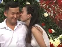 Quá hợp nhau nhưng thấy bạn trai chần chừ, cô gái chủ động đòi hôn luôn
